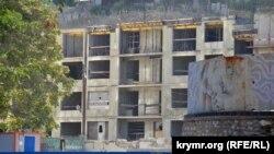 Строительство жилой многоэтажки в «культурном кластере», август 2020 года