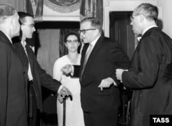 60-летие Дмитрия Шостаковича, 1966. Справа налево: Мстислав Ростропович, Дмитрий Шостакович, его жена Ирина и их сын Максим. Фото ТАСС