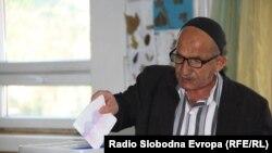 Илустрација - Граѓани гласаат на локалните избори на гласачко место во Скопје,15.10.2017