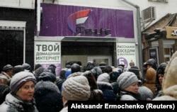 Очередь возле магазина оператора мобильной связи «Феникс» в Донецке, 15 января 2018 года