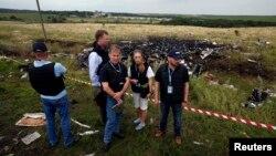 Наблюдатели ОБСЕ у места гибели малазийского Боинга 777 неподалеку от поселка Грабово 18 июля 2014 года