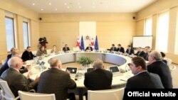 В итоге стороны договорились созвать бизнес-форум, на котором будут рассмотрены все конкретные факты коррупции и бюрократической волокиты
