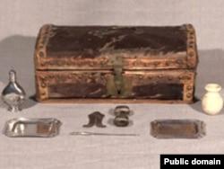 Шкатулка и набор инструментов для обрезания, 18-й век. Музейное фото из США.