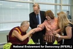 Svetlana Alexievichin Washingtonda Dalai Lama ilə görüşü.