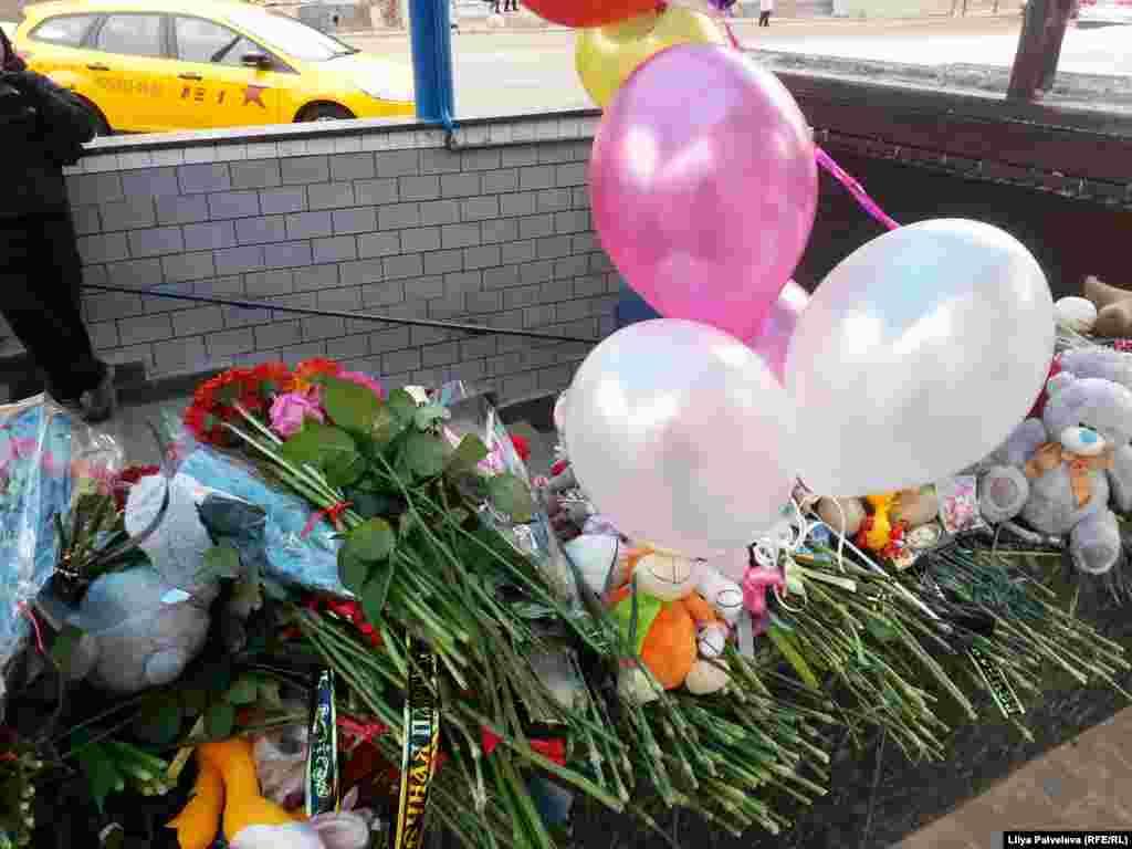 """У станции метро """"Октябрьское поле"""", где была задержана няня, убившая 4-летнюю девочку, возник стихийный мемориал, люди приносят цветы, игрушки и воздушные шарики"""