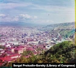 Tbiliszi látképe a Szent Dávid templomból. A több mint egy évszázada készült kép idején 160 ezren lakták a várost.