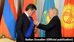 Нурсултон Назарбоев қирғиз президенти Сўўрўнбай Жээнбековга орден топширмоқда.