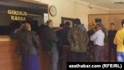 Türkmenistandaky döwlet edaralarynyň biriniň öňünde duran raýatlar