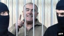 Içeri işler ministrliginiň gözegçilik bölüminiň öňki başlygy Oliksiý Pukaç (ortada) suduň zalynda.