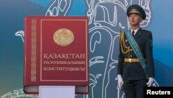 Қазақстан конституциясы макетін күзетіп тұрған сарбаз. Алматы, 30 тамыз 2014 жыл.