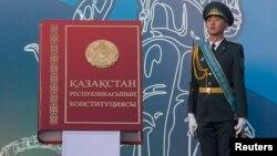 Қазақстан конституциясы макеті жанында тұрған қарауыл. Алматы, 30 тамыз 2014 жыл.