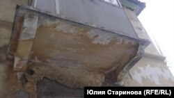 Прохожие опасаются ходить под такими балконами