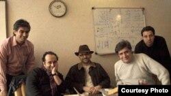 مصطفی عزیزی (نفر اول از راست- نشسته) همراه با حبیب رضایی (بازیگر) و مازیار میری (کارگردان سینما)سر صحنه سریال «گاو صندوق»