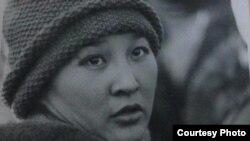 Баян Әуелованың 1986 жылы желтоқсанда Алматының орталық алаңына билікке талап қойып шыққан жастар шеруінде тұрған сәті. (Сурет Алматы қаласының орталық мұрағатынан алынды.)