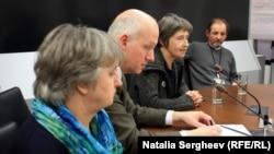 """(de la stânga spre dreapta) Anna Freimanova, moderatorul Pavel Fischer, Jarmila Polakova și Mira Janek după ecranizarea documentarului """"Cetățeanul Havel"""""""