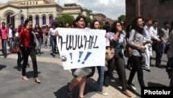 Armenia - Students of Yerevan State Linguistic University demonstrate outside the Prime Minister's Office in Yerevan, 26Apr2012.