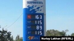 """Цены на бензин на АЗС """"Газпромнефти"""". Алматы, 20 августа 2014 года."""