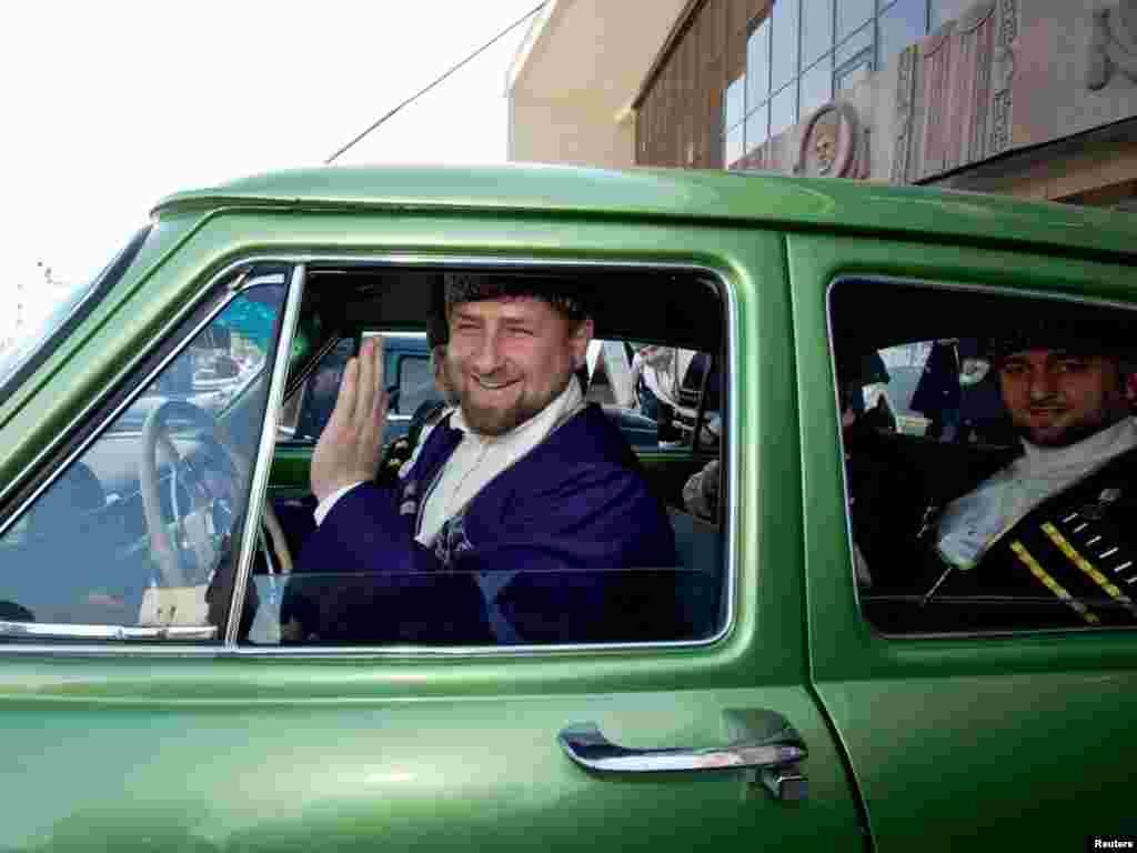 Čečenski lider Ramzan Kadyrov, obučen u nacionalnu odjeću, učestvovao je u proslavi Dana jezika u Groznom. Foto: S. Dal / Reuters