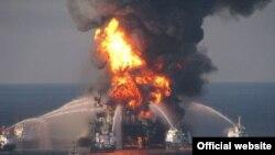 Пожарные пытаются погасить пожар на нефтяной платформе.