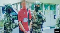 Кадр із відео Служби безпеки України, на якому співробітники СБУ затримують громадянина Франції, підозрюваного у підготовці терактів у Франції
