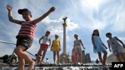 А дехто у спеку шукає прохолоду у фонтанах. Дітлахи на Майдані Незалежності у Києві 11 червня, коли температура повітря становила близько 34 градусів тепла