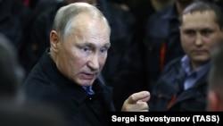 Ռուսաստանի նախագահ Վլադիմիր Պուտինը Չելյաբինսկի կոմպրեսորային գործարանում զրուցում է աշխատողների հետ, 9-ը նոյեմբերի, 2017թ․