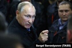 Владимир Путин на встрече с рабочими Челябинского компрессорного завода. 9 ноября