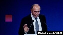Президент Росії Володимир Путін виступає у Москві наступного дня після оголошення санкцій проти України. 23 жовтня 2018 року