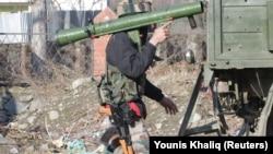 Военный армии Индии у места столкновения индийских сил безопасности с предполагаемыми боевиками. Район Пулвама в южной части Кашмира, 18 февраля 2019 года.
