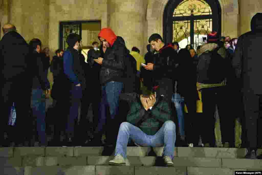 """Mulțimi în fața clădirii parlamentului din Erevan. Protestatarii au declarat că se simt """"trădați"""" de decizia de a înceta luptele. Peste 1200 de soldați armeni au murit în ultimul război pentru Nagorno-Karabah."""