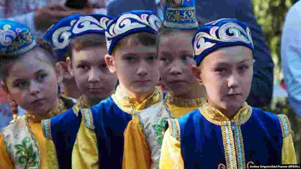 Учні в національних костюмах 1 вересня у перший день школи в Казані, столиці Республіки Татарстан, Росія