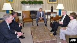 اوباما در دیدار با رهبرای کنگره؛ از راست نانسی پلوسی، هری رید، اوباما، جان بوهنر و میچ مککانل