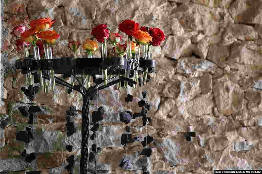 Квіткові композиції розташовані на всій призамковій території