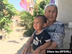 Халима Айтпаева с внуком.