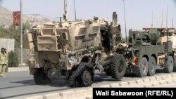 Pamje e makinave të dëmutara ushtarake pas sulmit vetëvrasës sot në Kabul
