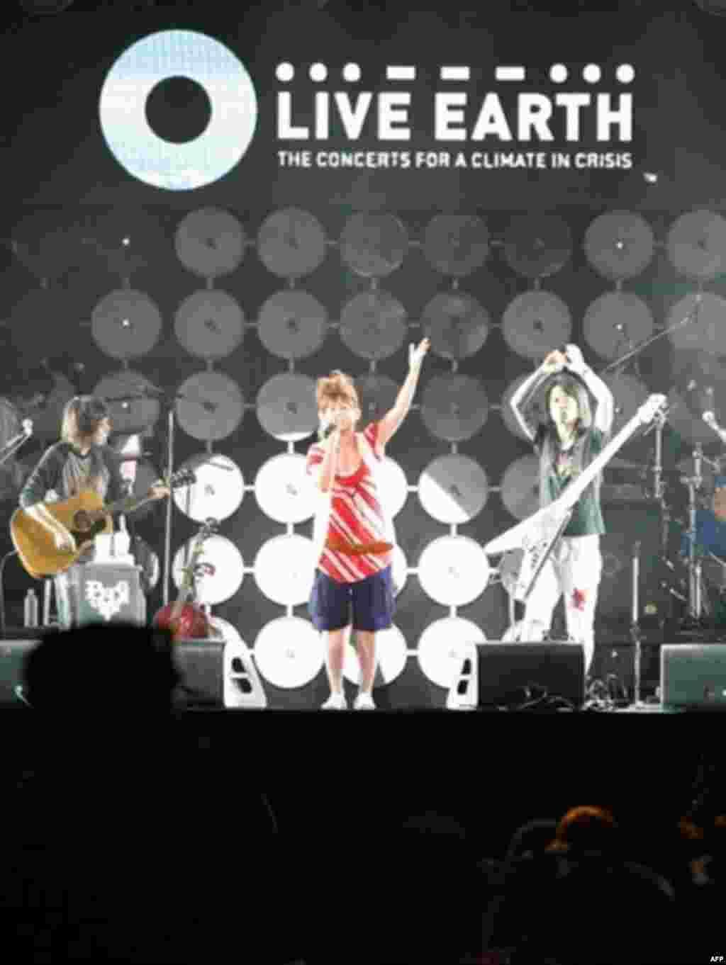 آیاکا خواننده ژاپنی در حال انجام برنامه