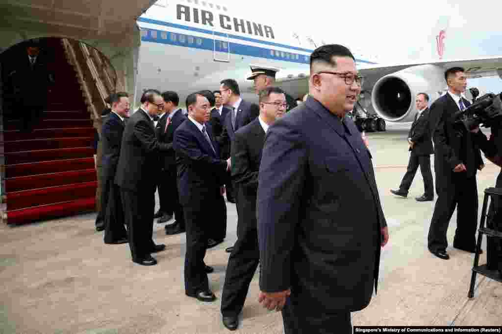 Лидер Северной Кореи Ким Чен Ын со своей делегацией прилетел на саммит 10 июня.