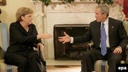 Джордж Буш считает Меркель ключевым европартнером, достойным проведения с нею доверительных консультаций перед поездкой в Россию