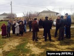 İnsanlar Ahtem Çiygoznıñ evi yanında toplana
