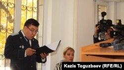 Прокурор Даулет Абишев оглашает обвинения в отношении подсудимого Саяна Хайрова. Алматы, 17 октября 2013 года.