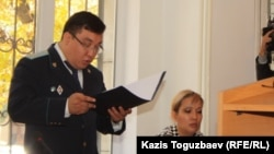 Прокурор Дәулет Әбішев айыптау құжатын оқып тұр. Алматы, 17 қазан 2013 жыл.