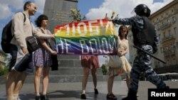 Полицей шеруге шыққан ЛГБТ өкілдерінің шарасын тоқтатқалы кетіп барады. Мәскеу, 30 мамыр 2015 жыл. (Көрнекі сурет)