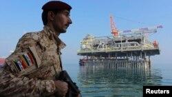 جندي عراقي في حراسة منصة تحميل نفطية في ميناء البصرة