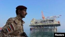جندي عراقي يحرس منشأة نفطية عراقية