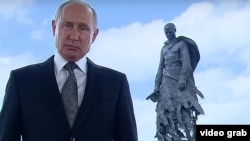Видеообращение президента РФ Путинана фоне мемориала Советскому солдату