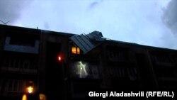 ქარიშხლით დაზიანებული სახლის სახურავი