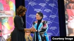 Ойниҳол Бобоназарова ҳангоми дарёфти ҷоиза аз дасти хонуми аввали Амрико Мишел Обама