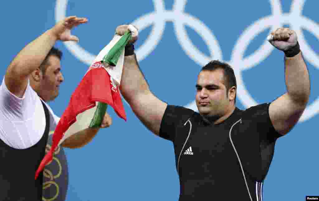 در مسابقات فوق سنگین وزنه برداری بهداد سليمی (سمت راست) طلا گرفت و سجاد انوشيروانی نیز نقره همین دسته را کسب کرد.
