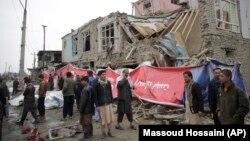 Banorët e Kabulit shikojnë zonën ku ka ndodhur sulmi më 2 mars.