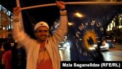 Suporter al opoziţiei georgiene celebrând victoria